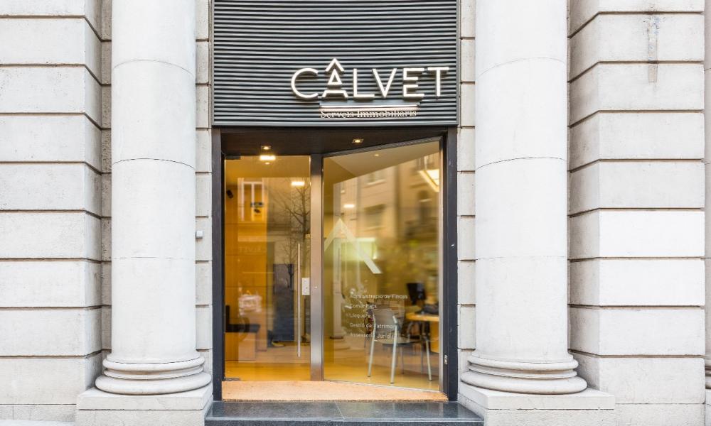 Debido al crecimiento y diversificación de las actividades inmobiliarias; Fincas Calvet se traslada al actual despacho situado en la calle Balmes-Diagonal, consiguiendo un equilibrio entre tradición y modernidad.